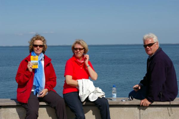 Beate,Hubert und Ich a.d..Hafenmauer in List