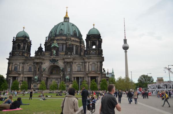 Bild: Berliner Dom mit Fernsehturm= Alt und NeuFahrrad Amelix
