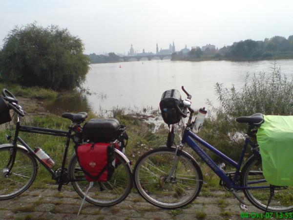 Bild: Silhouette von Dresden mit unseren Fahrrädern Amelix