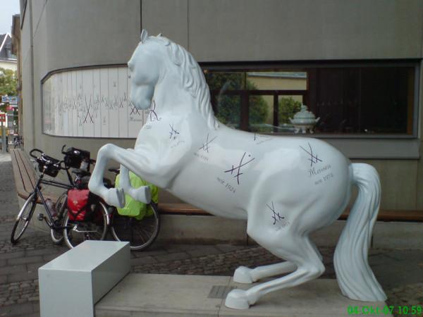 Bild: Vor der Porzellanmanufaktur in Meißen Fahrrad Amelix